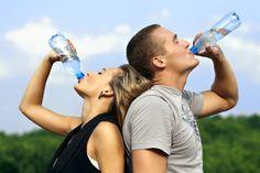 взрослые пьют воду